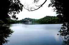 Lago Sirio, ein Badesee an Ivreas Grenze